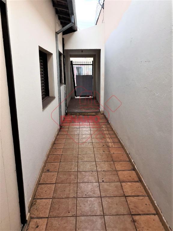 02 dormitórios, sala, wc social, cozinha, área serviço, quintal pequeno, não tem garagem.