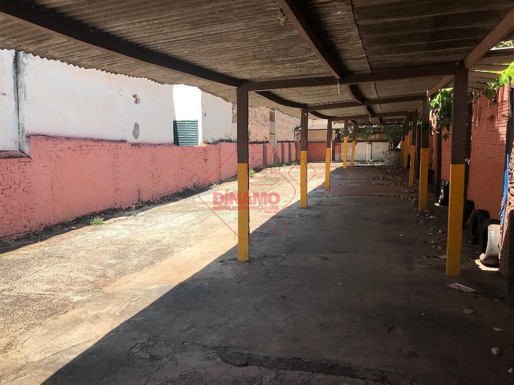 terreno p/ estacionamento, medindo +/- 350 m²., banheiro, excelente localização.