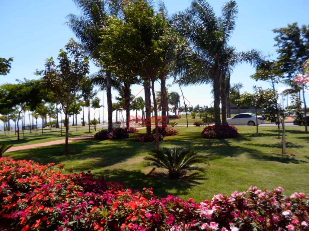 terreno com 365,50 m2, plano, ilha, ao lado da praça principal.