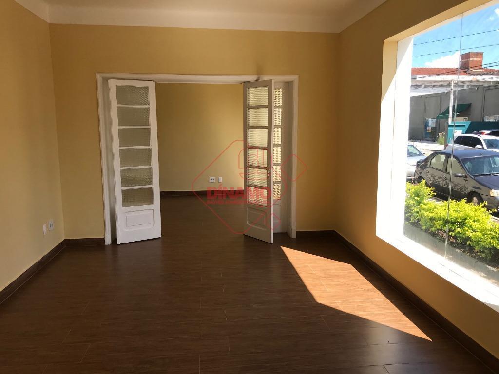 sobrado, excelente localização, 04 dormitórios, armários, 04 salas, banheiros, copa, cozinha, área serviço, quintal, estacionamento.