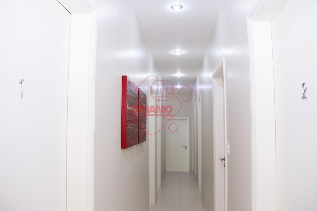 sala medindo +/- 22 m²., piso porcelanato, ar condicionado, móveis, recepção, banheiros, copa, estacionamento.