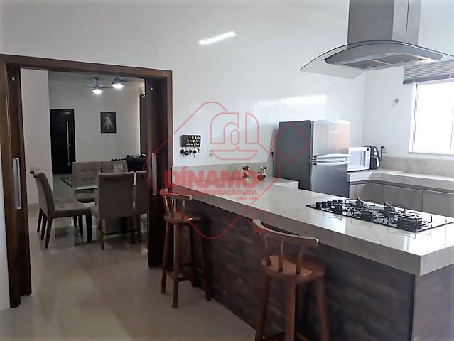 3 dorms.(suíte c/ split/armários/blindex), sala 2 ambientes, lavabo, wc. social(gabinete/blindex), varanda gourmet, cozinha planejada(cooktop/coifa de ilha/forno...