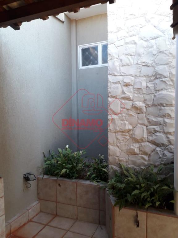 ótima localização! 3 dorms.(suíte) armários/box acrílico, sala 2 ambientes, wc. social(gabinete/blindex), cozinha, área serviço, quintal com...