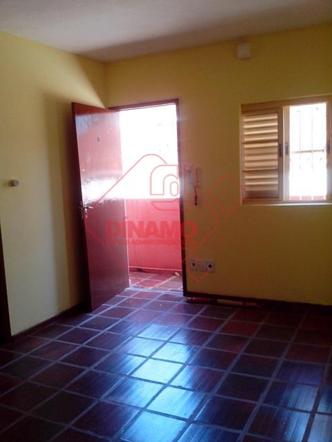 01 dormitório/sala, armários, sala, wc social, cozinha, área serviço comunitária, não tem garagem.