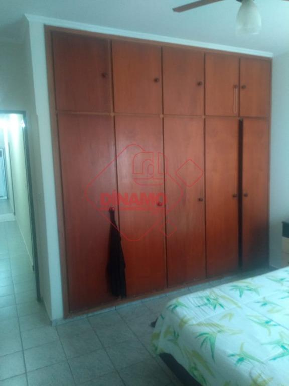 3 dorms.(suíte) armários, sala, wc. social, cozinha planejada, área serviço, garagem 2 carros.