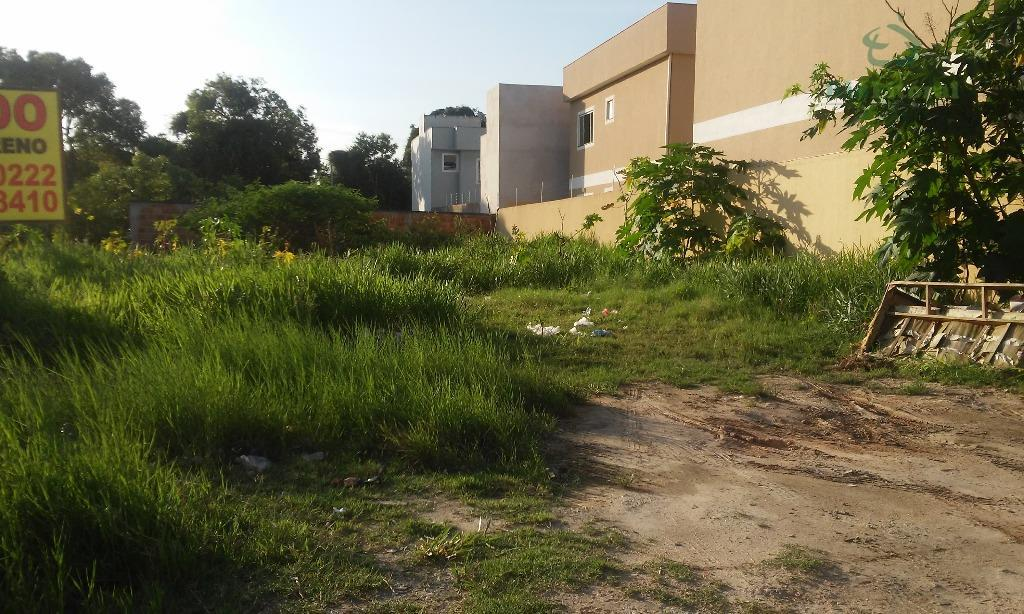 Terreno em bairro com comercial e água