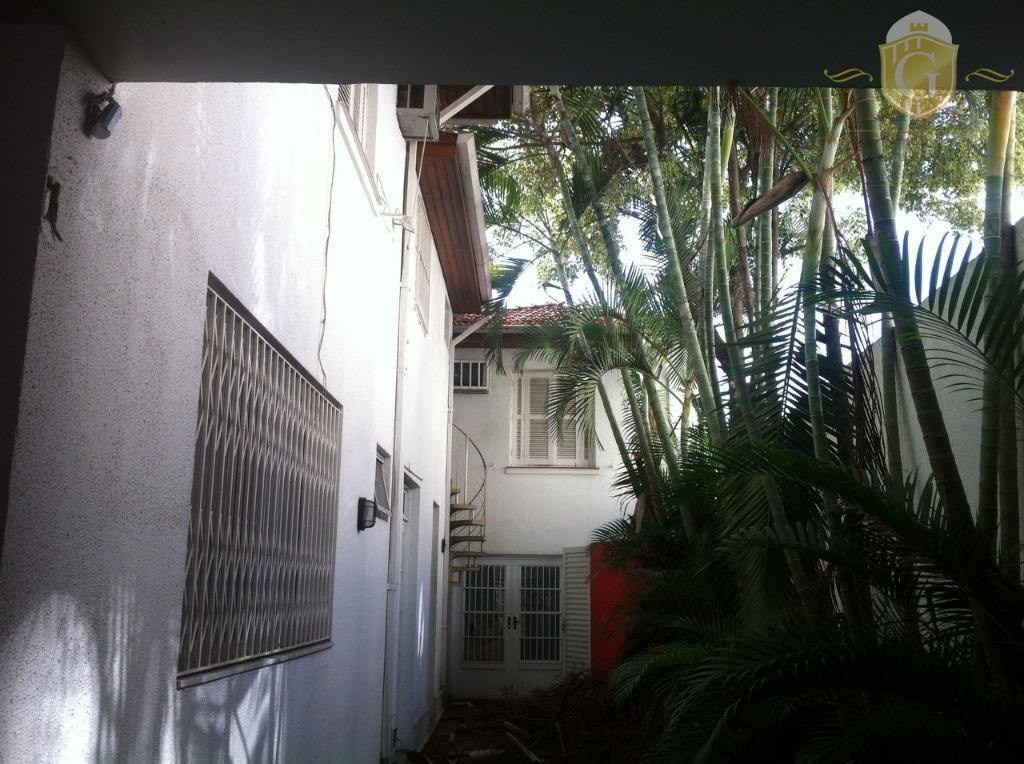 excelente sobrado, com aproximadamente 300m² de área disponível em rua tranquila e bairro diferenciado,. excelente para...