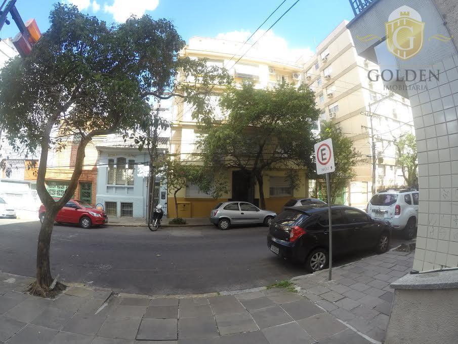 Apartamento três dormitórios com sacada à venda; Semi-mobiliado, Centro, Porto Alegre.