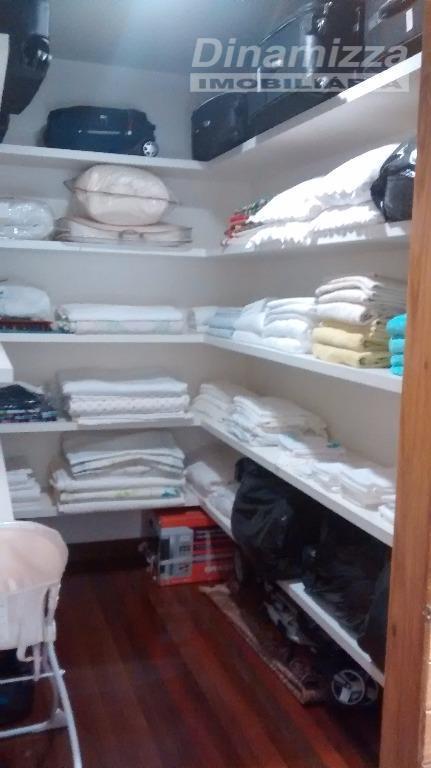 sala 03 amb., lavabo, varanda, churrasqueira, piscina, cozinha, área de serviço, dispensa, w.c. empregadas, 04 suítes,...