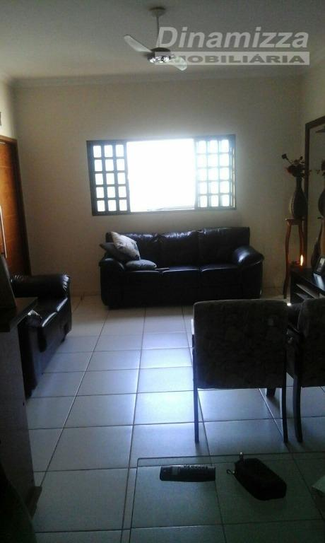 03 quartos sendo 01 suíte, w.c. social, sala 02 ambientes, cozinha com armários, área de serviço,...