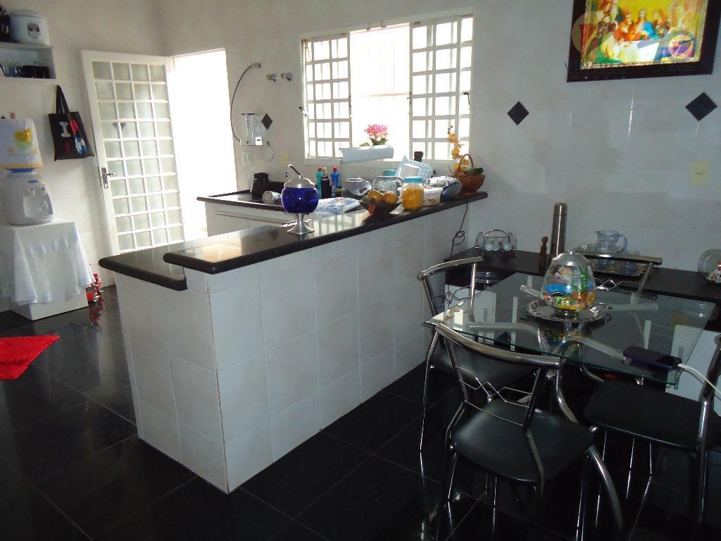 ótima residência, localizada perto do hospital regional, composta de sala para 2 ambientes, sala de tv,...