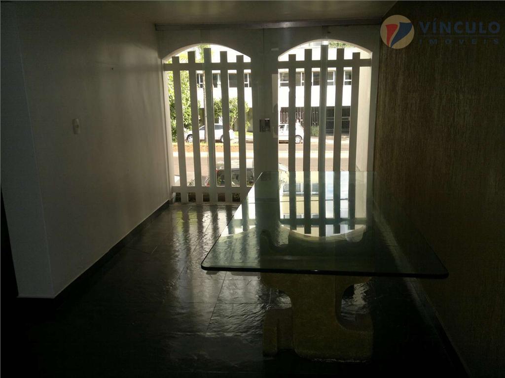 parte inferior: hall de entrada, 3 salas, varanda, 04 quartos, 02 banheiros, cozinha, área de serviço,...
