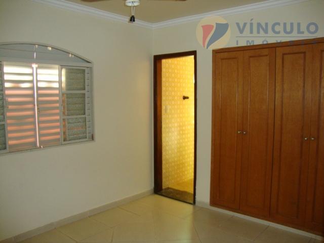 3 quartos sendo 2 suítes, sala ampla, wc, cozinha com armários, garagem coberta, garagem de fundo,...