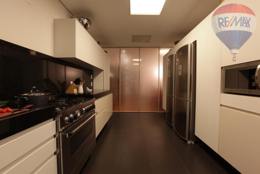 localizado no condomínio chácara santa helena no alto da boa vista, o apartamento totalmente reformado com...