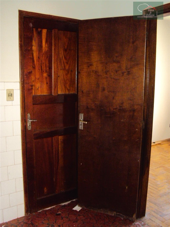 apartamento com sala, 03 quartos, todos com armários, cozinha, banho social e lavanderia.