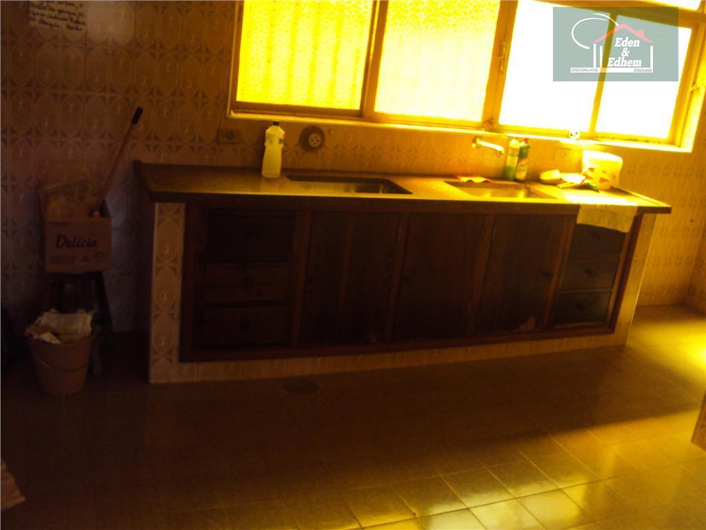 casa com 03 salas, 07 quartos, sendo 01 suíte, todos com armários, copa, cozinha com armários,...