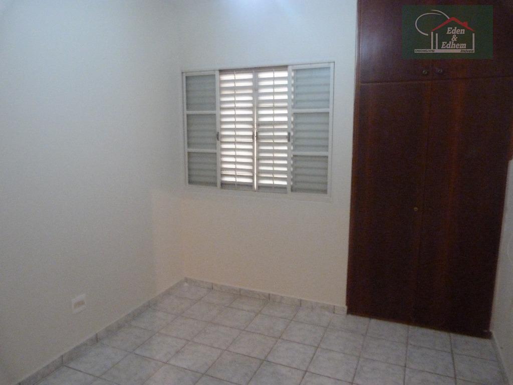 sala, cozinha, copa, área de serviço, lavabo, 03 dormitórios sendo 01 suíte com armários, banho social,...