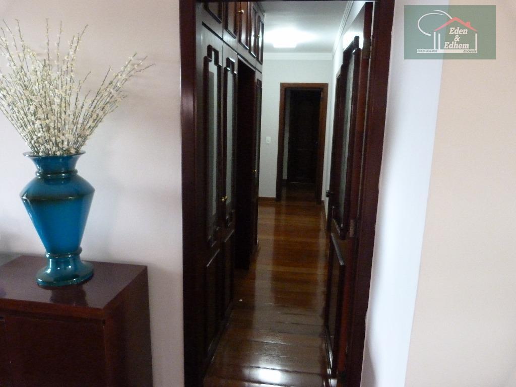 sala de tv, sala de jantar, sacada, corredor para os dormitórios com armário embutido, 04 dormitórios...