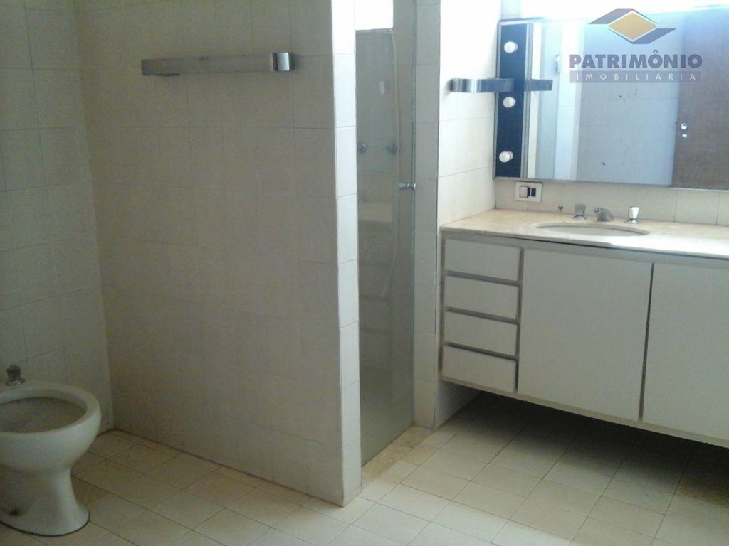 4 suites com armarios sendo 2 com closet, sala de estar/jantar, cozinha com armários, dce, piscina,...