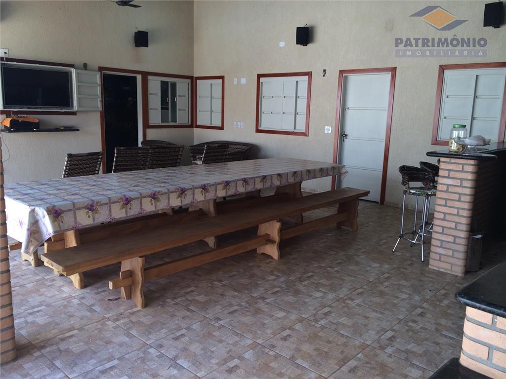casa com 02 quartos sendo 01 suite, sala, escritório, varanda gourmet, piscina aquecida 02 banheiros.