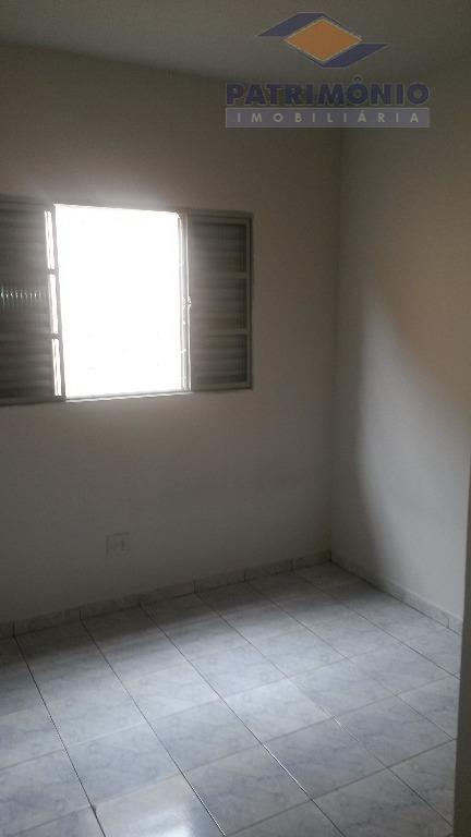 01 quarto com armário, sala, cozinha com armário, área de serviço, garagem.