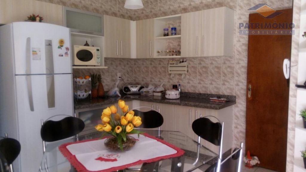 03 quartos sendo 01 suíte com armários,banho social,sala.cozinha,área de serviço com armários,02 vagas de garagem.