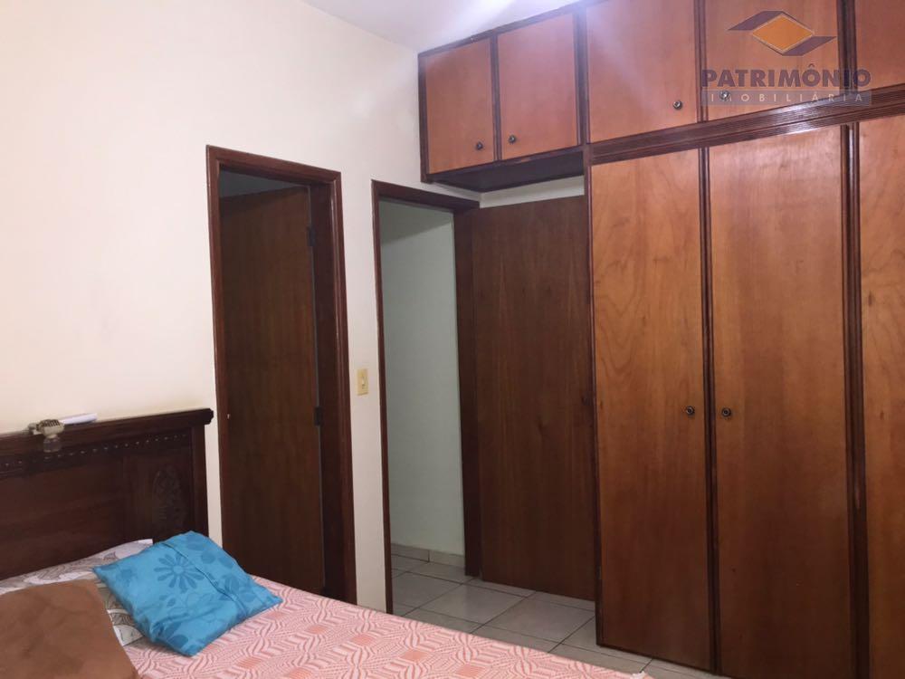 04 quartos,sendo 02 suítes,sala em 03 ambientes,cozinha,banheiro, social,edícula,banheiro externo,área de lazer com churrasqueira.
