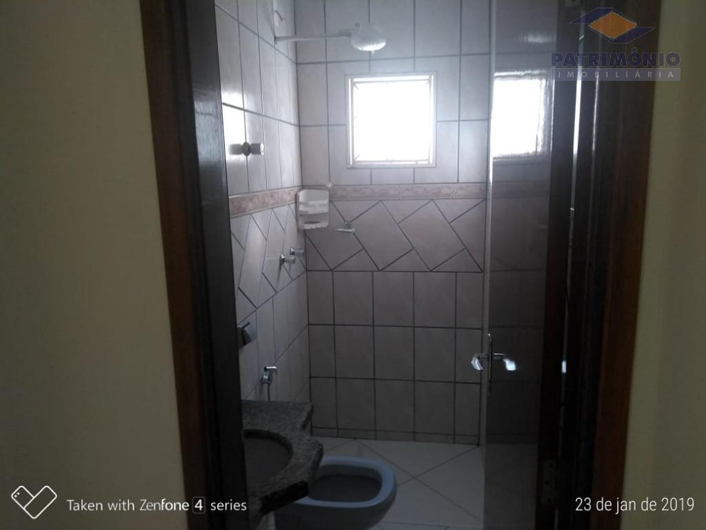casa recém reformada - 3 qts (1 suite), banh.social, sala, coz c/bancada, área serv, ampla área...