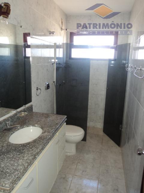 04 quartos todos com armários, sendo 02 suítes, sala 03 ambientes, cozinha c/ armários, área de...