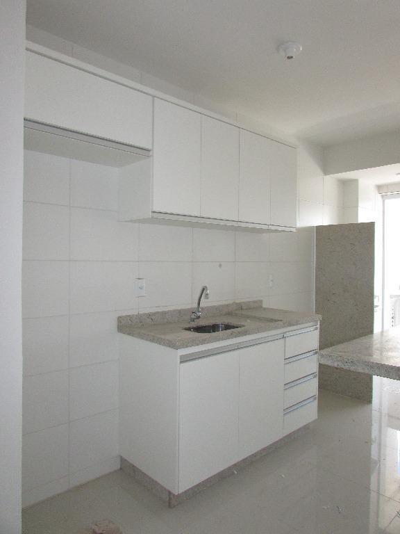 apartamento de 03 quartos sendo 01 suite com armário,sala com sacada,cozinha com armário-área de serviço,banheiro social,porcelanato.