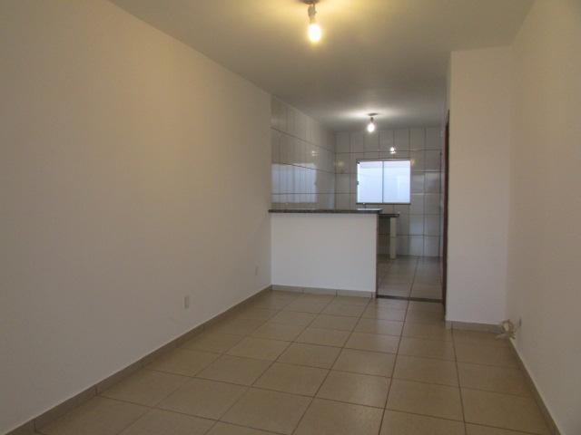 03 quartos sendo 01 suite,na laje,cozinha americana com balcão de granito,banheiro social,possui cerca elétrica,portão eletrônico.