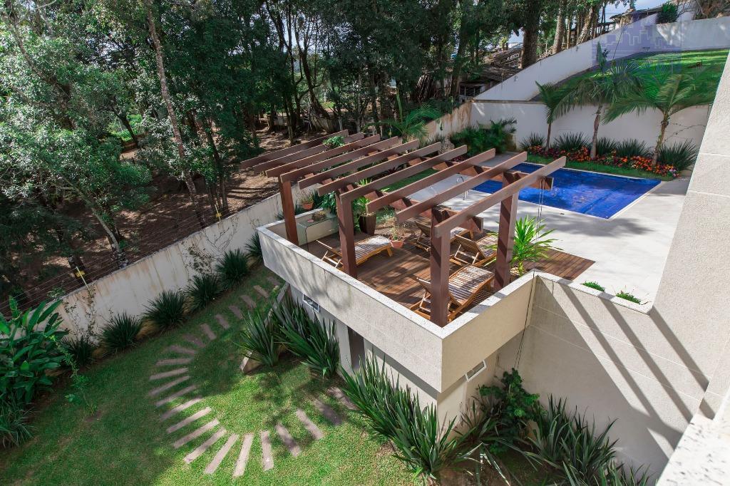 que tal uma casa em condomínio fechado, com 04 suítes e uma piscina?localização privilegiada em uma...
