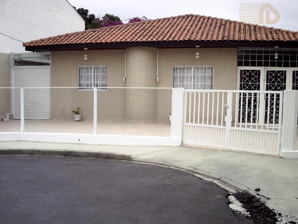 Residência em Condomínio Fechado, 03 dormitórios, Uberaba, Curitiba.