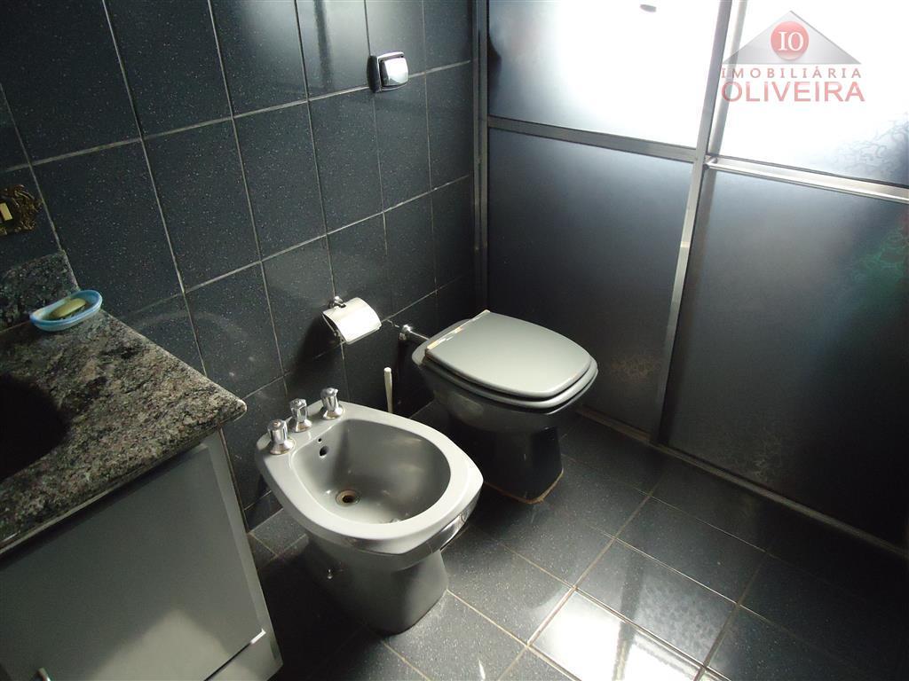 casa: 3 quartos ( 1 suíte), 2 quartos com armários, wc social, sala de tv, sala...