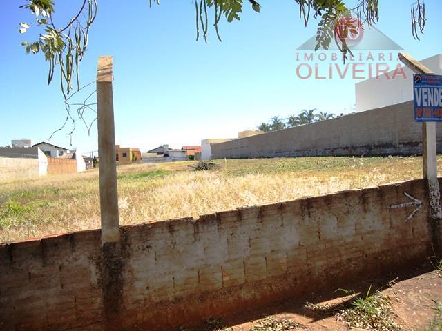 terreno: medindo 15 x 45m, plano e murado de 01 lado, com passeio.
