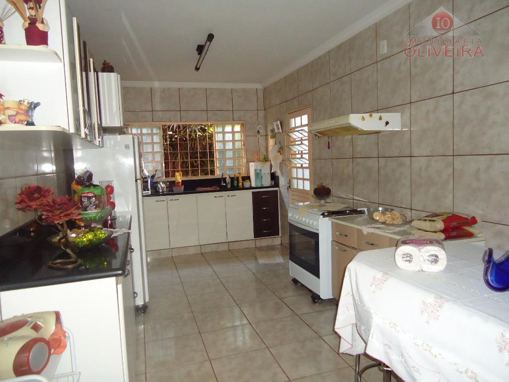 casa com 2 quartos (1 suíte) com armários, wc social, sala, cozinha planejada, lavanderia, quintal, garagem...