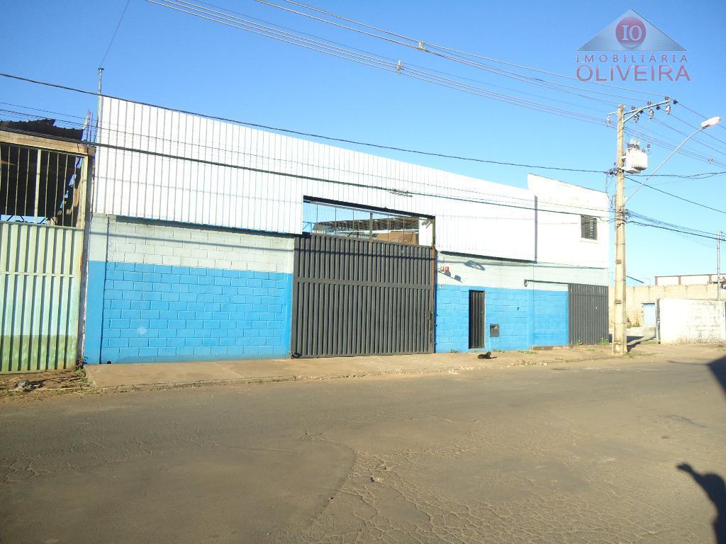 galpão comercial: piso cimentado com estrutura para caminhões, estrutura metálica na cobertura em 2/3 do galpão,...