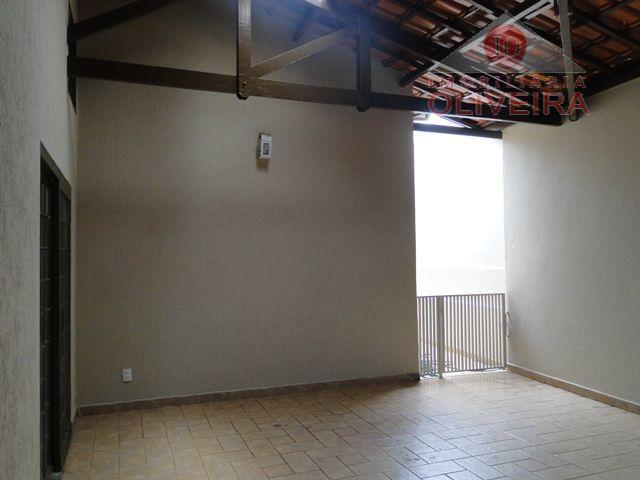 03 quartos (1 suíte), 2 quartos com armários, wc social, blindex, 2 salas, cozinha americana, área...
