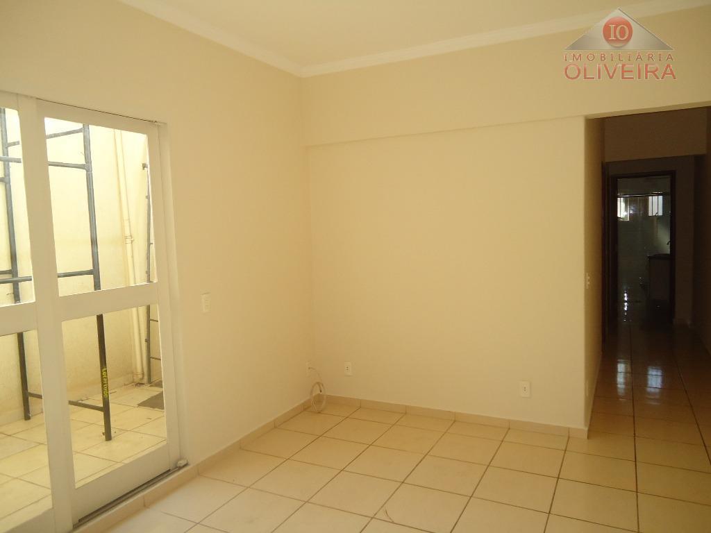 apartamento com ótima localização tendo 02 quartos, banheiro social com blindex, gabinete, sala, claraboia, cozinha com...