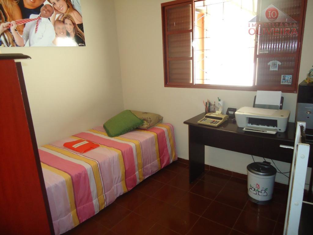 casa: 3 quartos (1 suíte), wc social, gabinete, sala, copa, cozinha com armário sob a pia,...