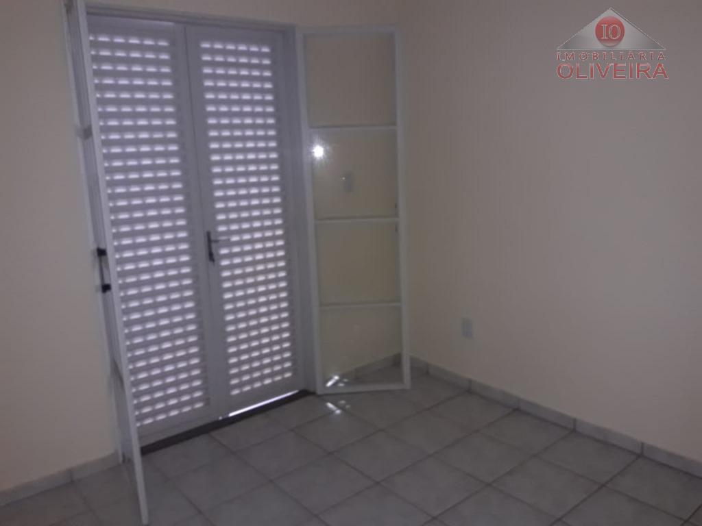 apto º: 2 quartos, wc social, box acrílico, sala , cozinha com armário sob a pia...