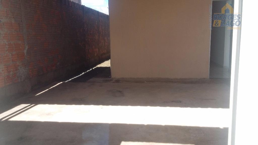 02 quartos, banheiro social, sala, cozinha, lavanderia coberta e 01 vaga de garagem.
