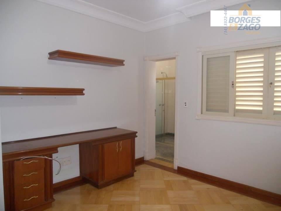 excelente casa em condomínio fechado. 04 suítes com armários, sendo 01 master com closet, sala ampla...