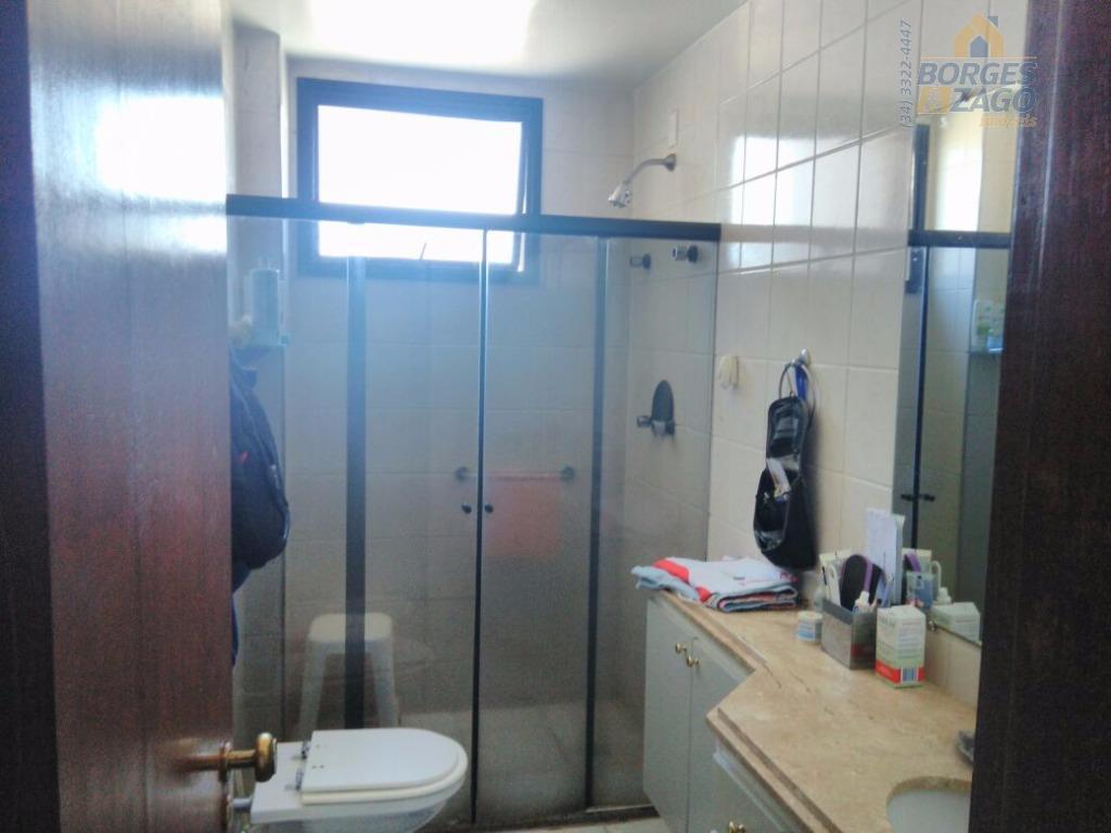 03 quartos sendo 02 suítes 01 com closet , todos com armários, wc social , circ....