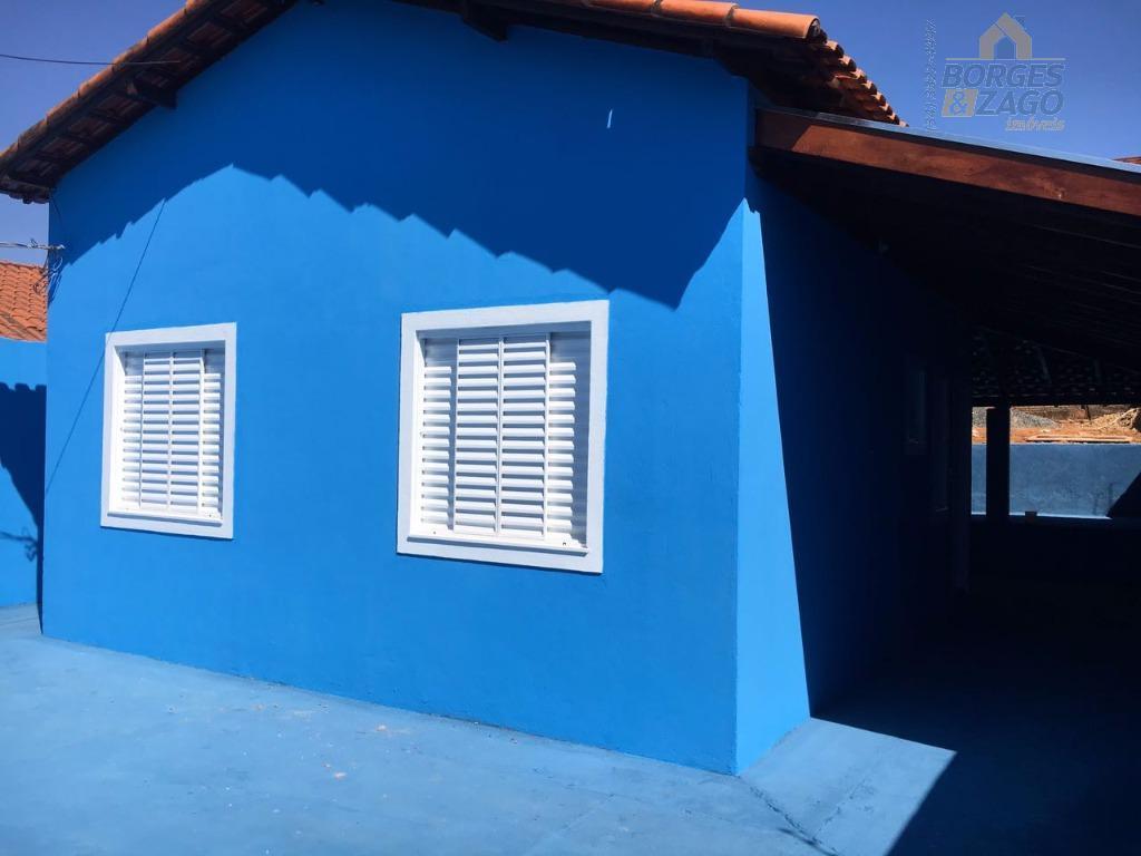 casa com 03 quartos, sala, banheiro social, cozinha, área de serviço, quintal grande, garagem para 07...