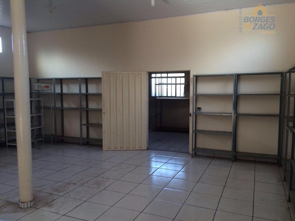 cômodo comercial com aproximadamente 138,24m², área ampla, com depósito, cozinha, banheiro. em ótima localização.(56865)