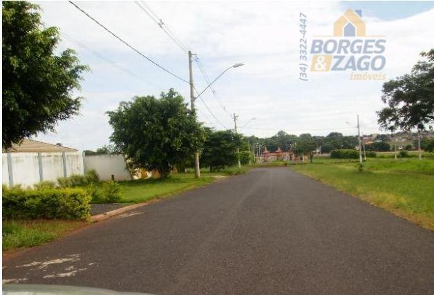 terreno em condomínio fechado com aproximadamente 1.880m², em ótima localização próximo a portaria principal.