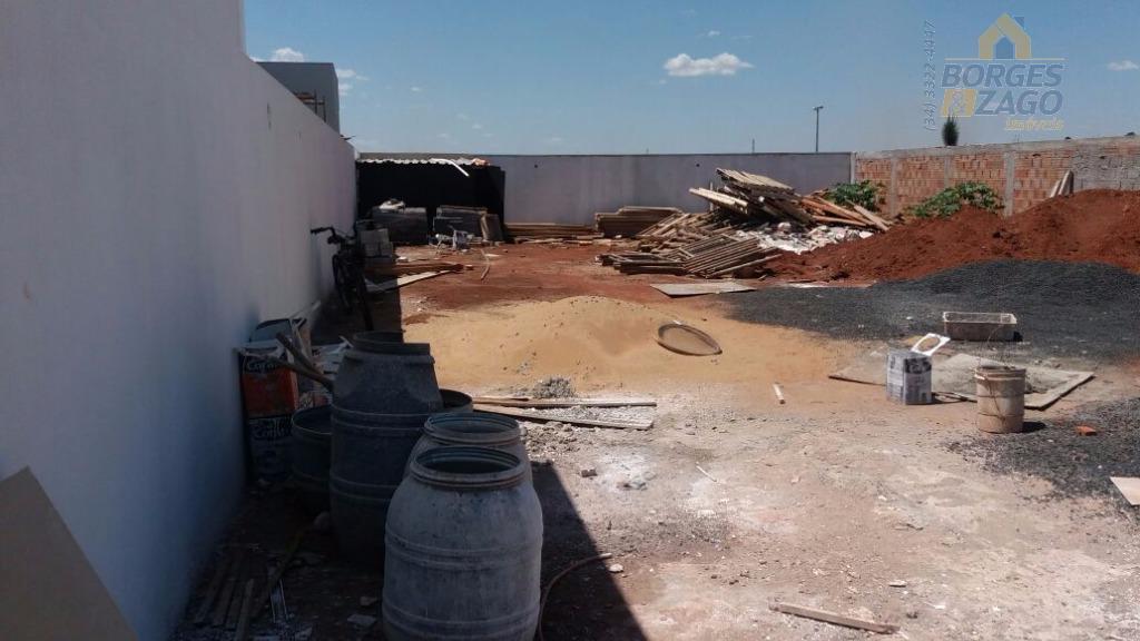 lote murado em u todo plano em condomínio fechado. pronto pra construir.  com toda infraestrutura pronta.