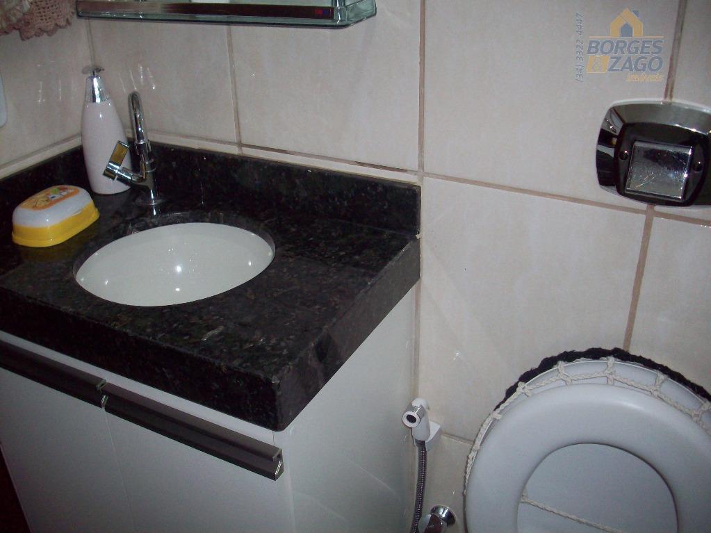 03 quartos sendo 01 suíte, sala, banheiro social, cozinha planejada, varanda com churrasqueira, lavanderia, quintal e...