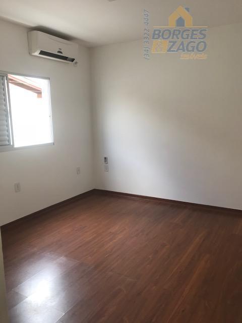 excelente casa com 04 quartos sendo 02 suítes com armários, banheiro social, sala jantar, sala estar,...